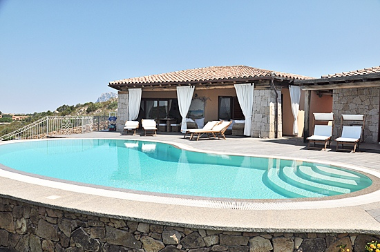 Affitto case vacanza san teodoro ville vista con piscina for Casa vacanza san teodoro